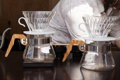 由barista的咖啡酿造方法整个过程 免版税库存图片