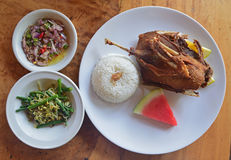 由Bebek Bengil的原始的酥脆鸭子在Ubud,巴厘岛,印度尼西亚服务 库存照片