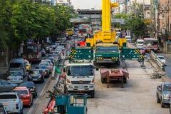 由BTS skytrain的建筑的交通堵塞原因在禁令的 图库摄影