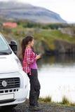 由campervan流动的住房汽车RV的旅行妇女 免版税库存图片