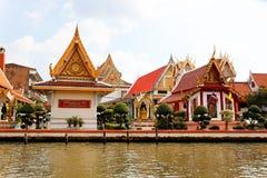 由Chao Praya河,曼谷的寺庙 免版税库存照片