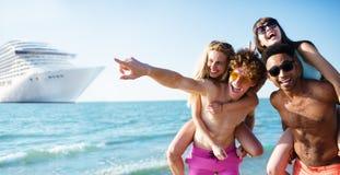 由cruiseship移动的愉快的微笑的夫妇 假日和夏令时的概念 免版税库存照片
