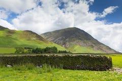 由Crummock Water湖区Cumbria英国英国的Grasmoor山 免版税库存照片