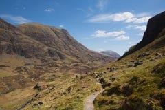 由Glencoe山苏格兰英国决定的道路在苏格兰高地在春天 免版税库存图片