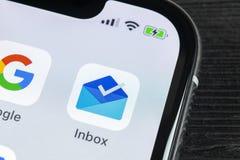 由Gmail应用象的谷歌inbox在苹果计算机iPhone x智能手机屏幕特写镜头 谷歌inbox app象 3d网络照片回报了社交 社会 图库摄影