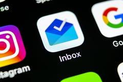 由Gmail应用象的谷歌inbox在苹果计算机iPhone x智能手机屏幕特写镜头 谷歌inbox app象 3d网络照片回报了社交 社会 免版税图库摄影