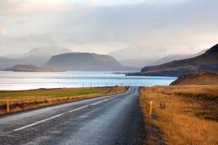 由Hvalfjordur峡湾的美丽的山 冰岛 免版税图库摄影