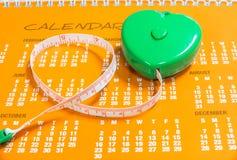 由Lose重量的爱身体好的能防止心脏病作为新年决议概念,有绿色的措施磁带听见 免版税图库摄影