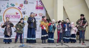 由Maslenitsa儿童的唱诗班的讲话在高尔基公园 库存照片