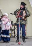 由Maslenitsa儿童的唱诗班的讲话在高尔基公园 免版税库存图片