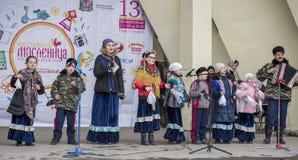 由Maslenitsa儿童的唱诗班的讲话在高尔基公园 库存图片