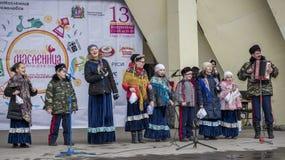 由Maslenitsa儿童的唱诗班的讲话在高尔基公园 免版税图库摄影
