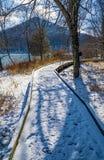 由Mountain湖的积雪的木板走道 免版税库存照片