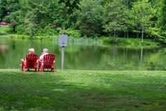 由Mountain湖的年长夫妇 免版税库存照片