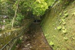 由Ohara村庄小山的运河  免版税库存图片
