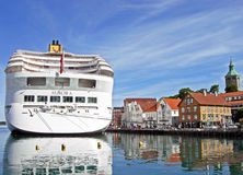 由P&O巡航的游轮极光停泊了在斯塔万格挪威港的Skagenkaien码头  免版税库存图片
