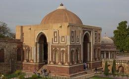 由Qutub Minar尖塔的一个大厦在新德里,印度 库存图片