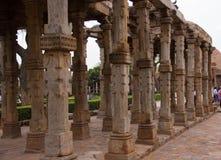 由Qutub Minar尖塔的古老废墟在新德里,印度 库存图片