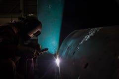 由SMAW过程的工作者焊接修理备件 库存图片