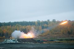 由TOS-1A系统的火箭队发射 图库摄影