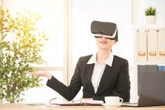 由VR的亚洲女实业家介绍项目 免版税库存图片