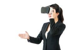 由VR耳机玻璃的亚洲女商人握手 库存图片
