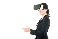 由VR耳机玻璃的亚洲女商人握手 图库摄影