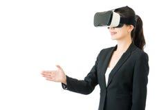 由VR耳机玻璃的亚洲女商人握手 库存照片