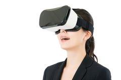 由VR耳机玻璃的亚洲女商人通信 库存照片