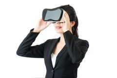 由VR耳机玻璃的亚洲女商人通信 免版税图库摄影