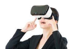 由VR耳机玻璃的亚洲女商人通信 免版税库存图片
