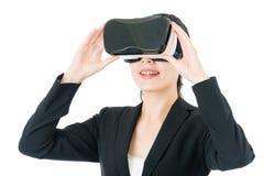 由VR耳机玻璃的亚洲女商人通信 库存图片