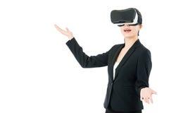 由VR耳机玻璃的亚洲女商人介绍项目 免版税库存图片