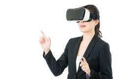 由VR耳机玻璃的亚洲女商人介绍项目 图库摄影