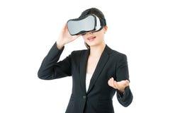 由VR耳机玻璃的亚洲女商人介绍项目 免版税库存照片