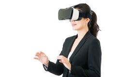 由VR耳机玻璃设备的亚洲女商人控制 库存照片