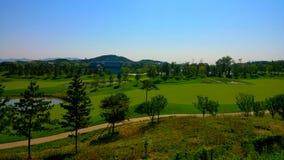 由yanqi湖的高尔夫球场 库存照片