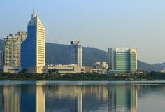 由yuandang湖的高大厦 免版税库存图片