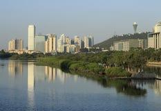 由yuandang湖的高大厦 库存照片