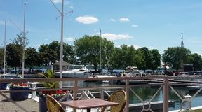 甲板和小船沿Brockville江边 免版税库存照片