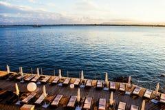 甲板太阳椅子在Ortigia 免版税库存照片