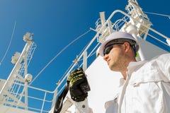 甲板官员讲话由在甲板的VHF 免版税库存图片
