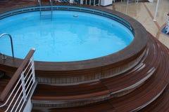 甲板热极可意浴缸s船木盆 库存照片