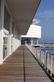 甲板现代码头的海滨广场 免版税库存照片
