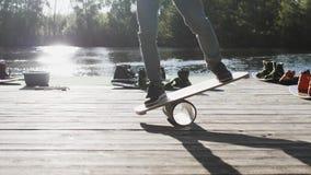 甲板的人平衡板的 摇摆物路辗板 balanceboard的木甲板 平衡的坚实塑料路辗 股票录像
