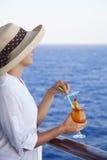 甲板的女孩享用鸡尾酒的 免版税库存照片