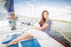 甲板的性感的女孩 免版税库存照片