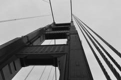 从甲板的金门大桥塔(黑色&白色) 免版税库存图片