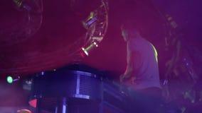 甲板的DJ演奏集合,在夜总会的大党户内 股票录像