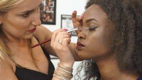 申请华美的非裔美国人的模型的构成的特写镜头过程在沙龙 影视素材